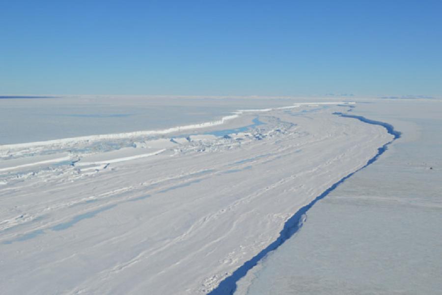Un enorme iceberg si sta staccando dall'Antartide