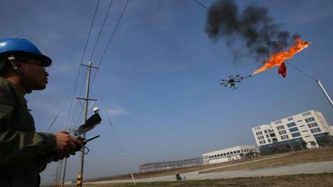 Il drone sputa fuoco!