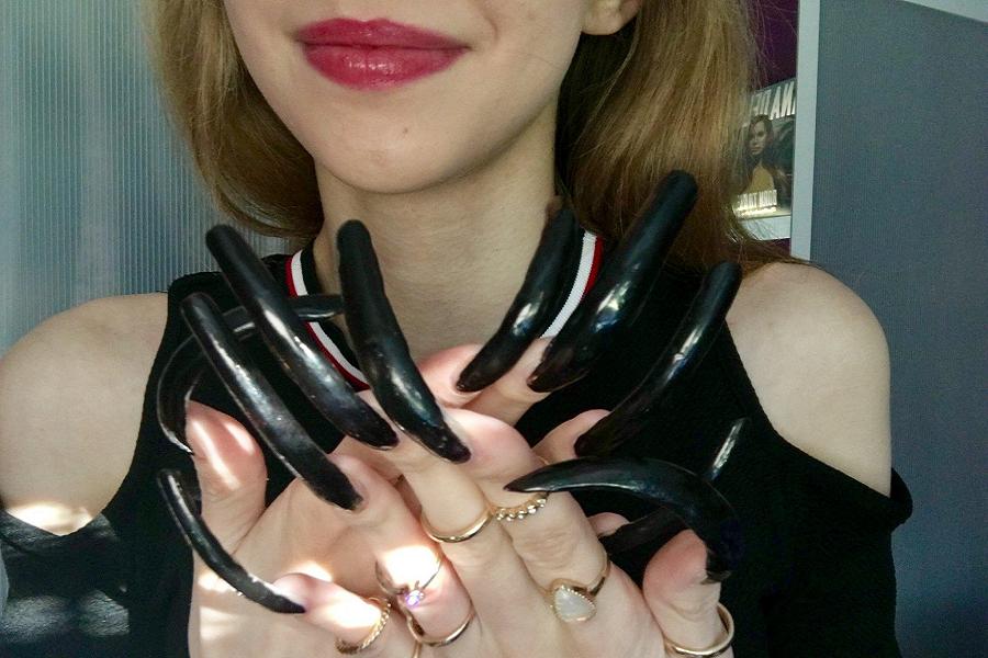 Myfacemmod - La Teenager Simone Taylor da tre anni non si taglia le unghie!
