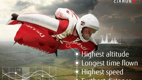 Fraser Corsán tenta di battere 4 record del mondo lanciandosi da 12.800 metri con una tuta alare!