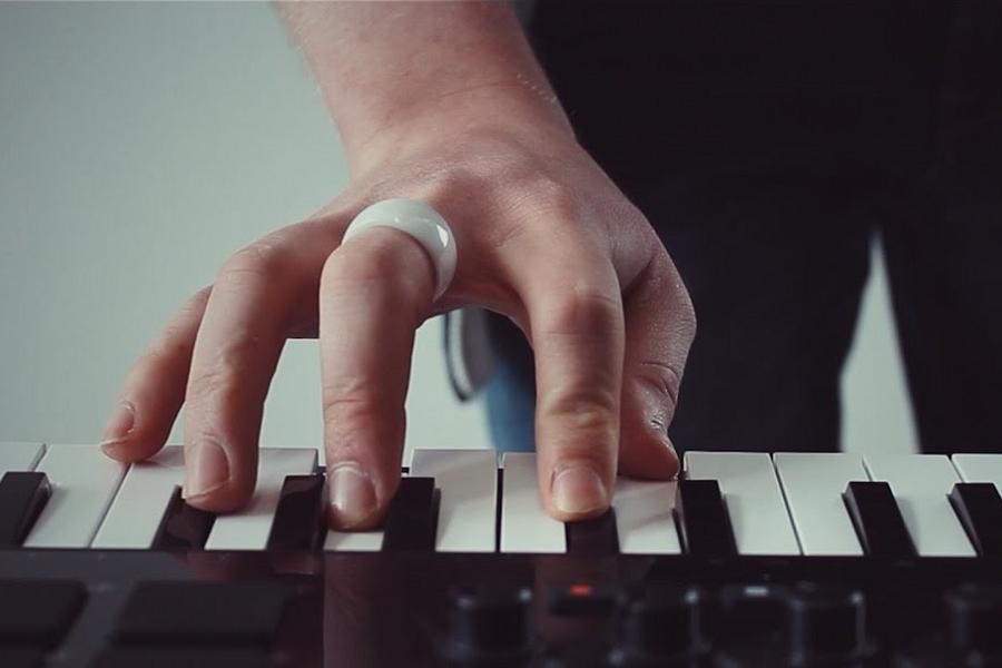 Myfacemood - Enhancia, l'anello capace di far vibrare le note di una tastiera!